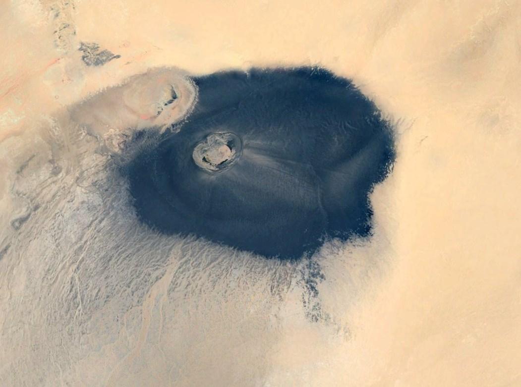 Громадное чёрное пятно среди светлых песков Африки - Вау-эн-Намус