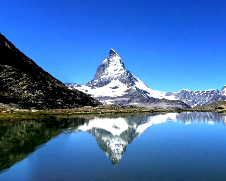 Гора Маттерхорн, через вершину которой проходит граница Швейцарии и Италии