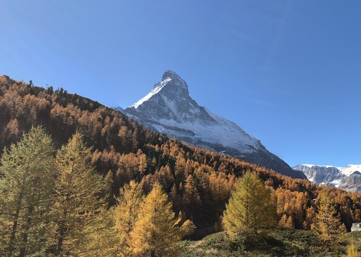 Словно гигантская пирамида - гора Маттерхорн, через вершину которой проходит граница Швейцарии и Италии