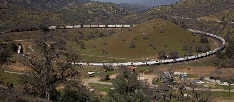 Место, где железную дорогу завернули в петлю в 19 веке - Техачапи
