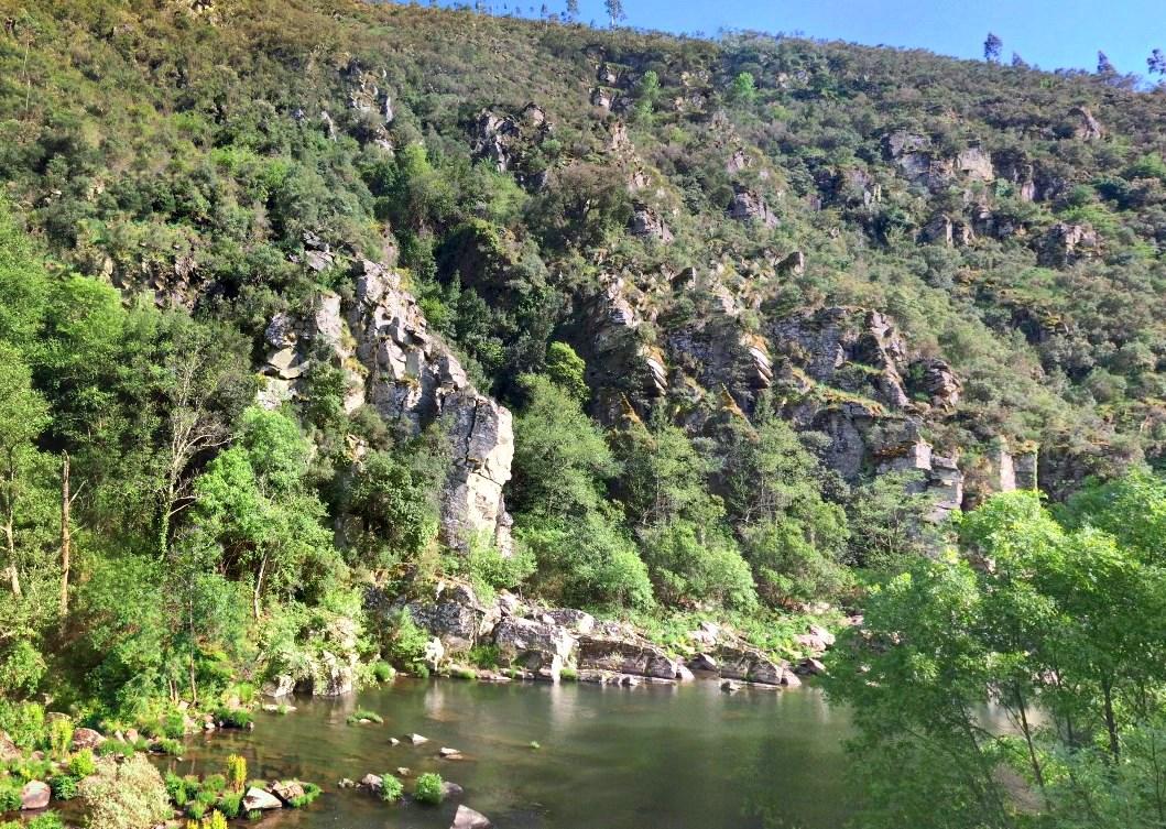 Дорога из досок через горы длиной 8 км - деревянная тропа в геопарке Арока