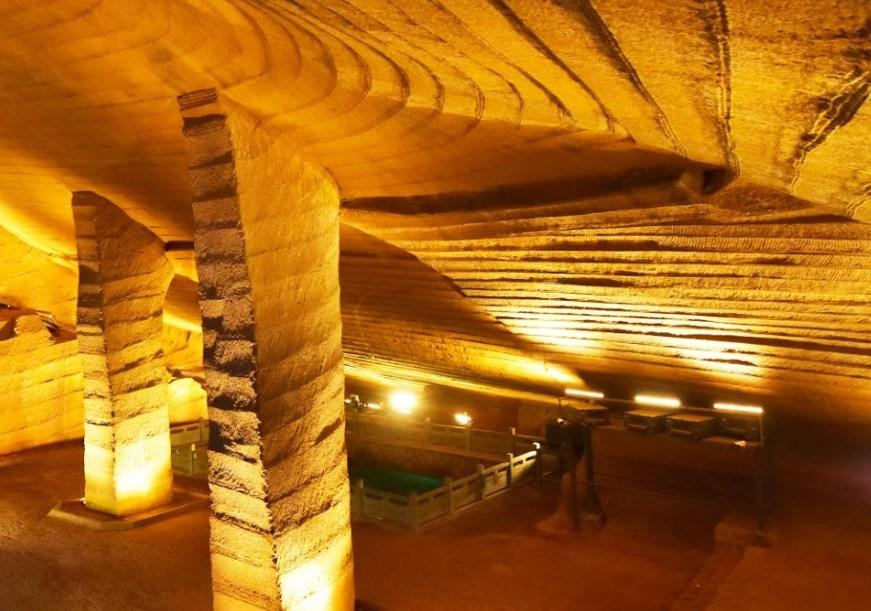 Когда откачали воду из бездонного пруда, то на дне обнаружили рукотворные пещеры — Лунъю