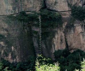 Словно огромное сверло немыслимой высоты среди скал — винтовая лестница в Тайханшань
