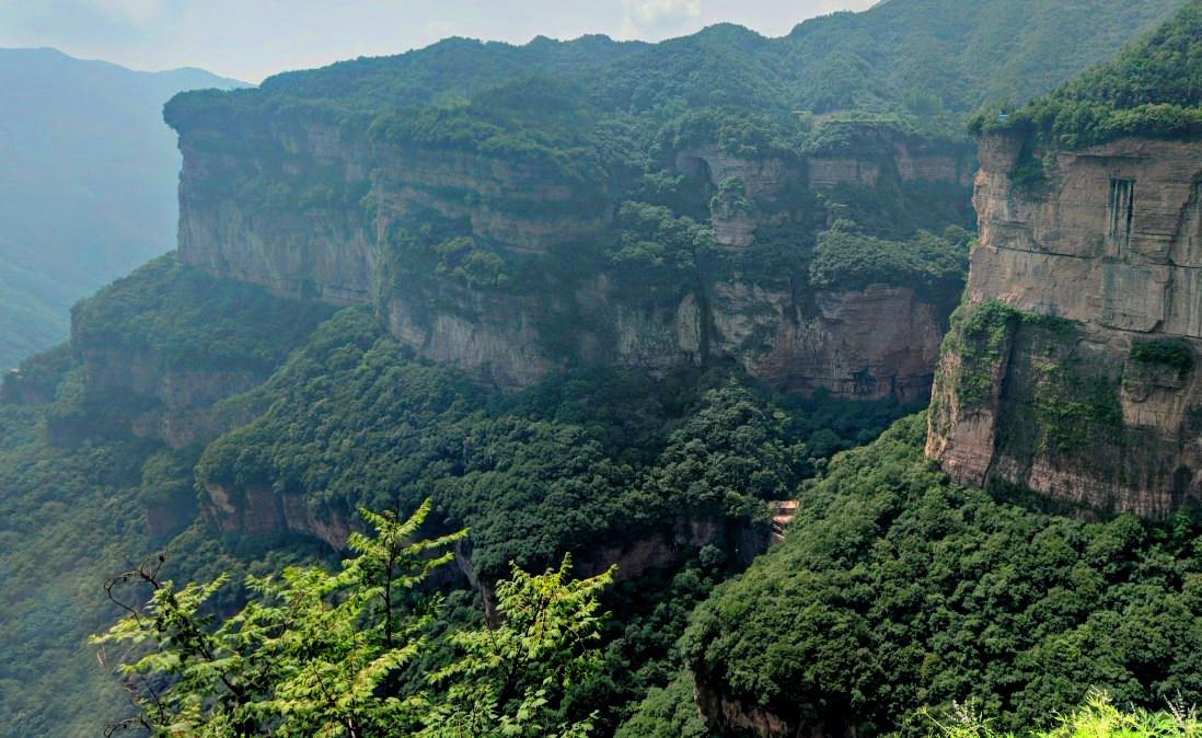 Словно огромное сверло немыслимой высоты среди скал - винтовая лестница в Тайханшань