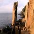 Огромный вертикальный камень, который балансирует на самом краю и не падает