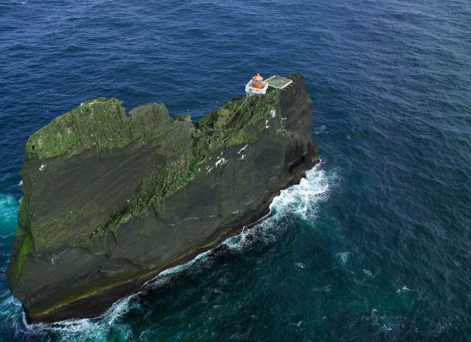Маяк на скале, торчащей в Атлантике, один из самых труднодоступных - Тридрангар