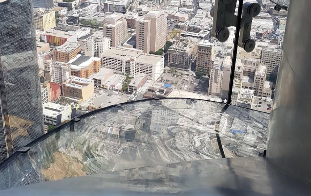 Прокатиться на стеклянной горке на высоте 70-го этажа. OUE Skyspace LA