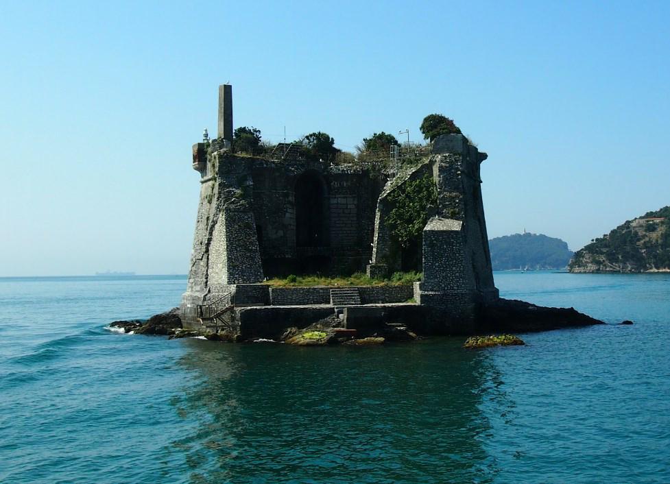 Торчащая из моря пятиугольная башня - Скола Тауэр