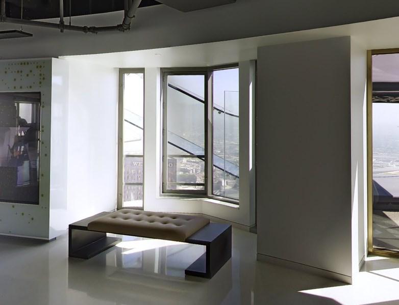 Прокатиться на стеклянной горке на высоте 70-го этажа