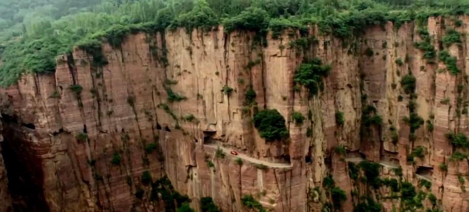 От опаснейшей пропасти водителя на этом шоссе порой отделяет лишь невысокий бордюр - Гуолян