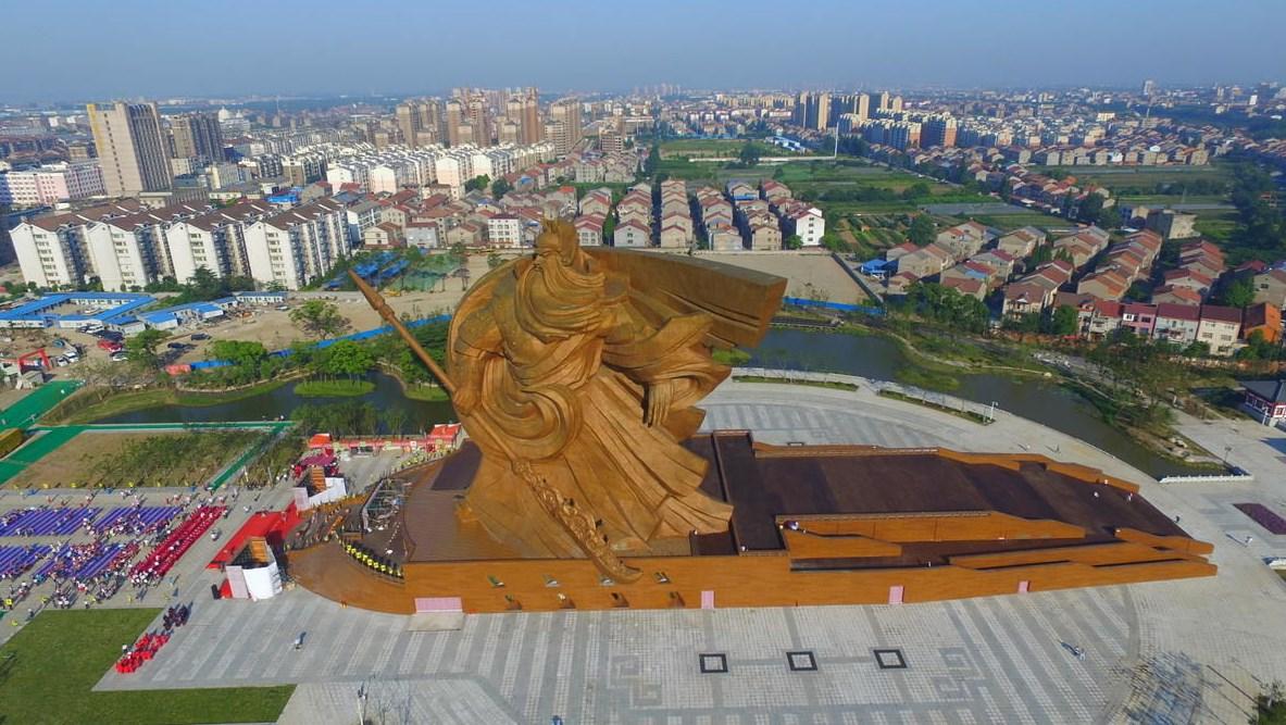 Гигантский бородатый воин - статуя древнему китайскому генералу Гуань Юй