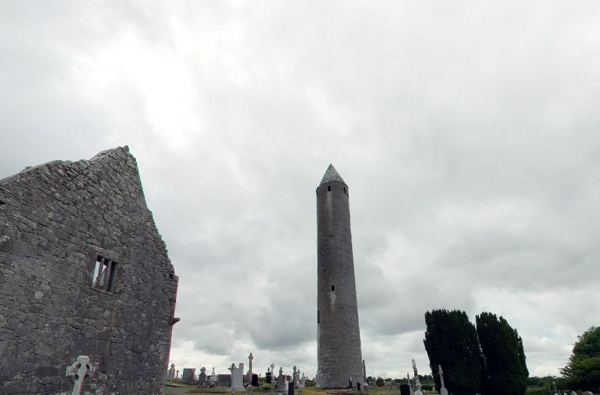 Высокая круглая башня средневековья в Килмакдуа, назначение которой доподлинно неизвестно