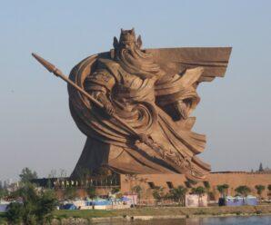 Гигантский бородатый воин — статуя древнему китайскому генералу Гуань Юю