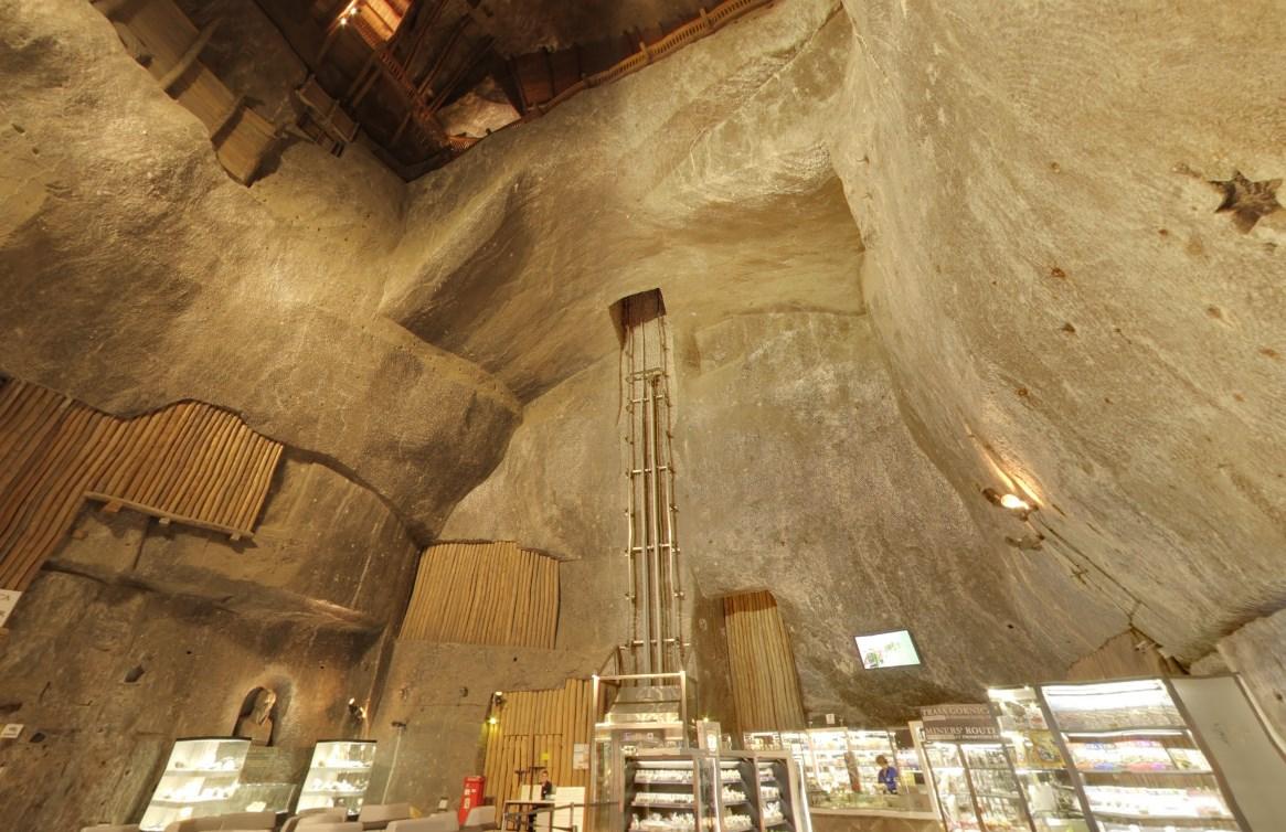 Одни из крупнейших выработанных солевых шахт