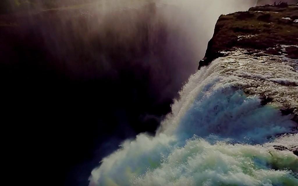 В огромную трещину Земли уходит невероятное количество воды - водопад Виктория