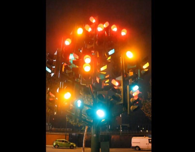 Довольно необычный светофор, а точнее - светофорное дерево