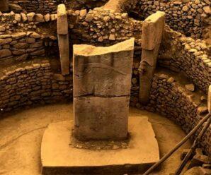 Возможно, древнейшее мегалитическое сооружение, которое скрывалось под холмом до середины XX века — Гёбекли-Тепе