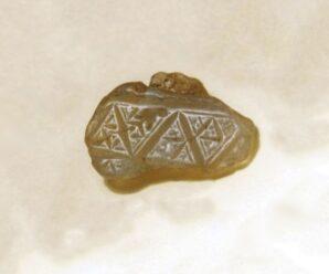 И в российском Заполярье тоже встречаются интересные артефакты — куски халцедона с вырезанными символами