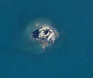 Торчащая из моря пятиугольная башня — Скола Тауэр