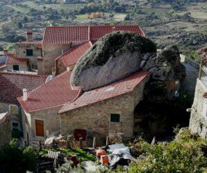 Дома «зажатые» огромными валунами — деревня Монсанту