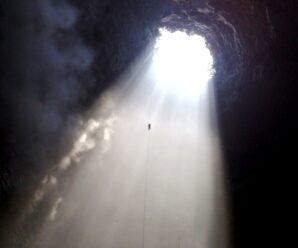 Огромная дыра в Земле — один из глубочайших карстовых провалов под названием «Пещера Ласточек»