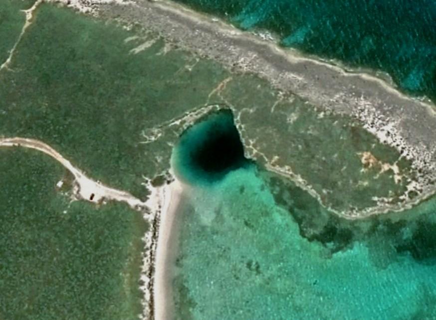 Одна из глубочайших карстовых воронок, скрывающаяся под водой - Голубая дыра Дина