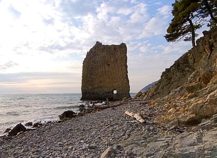 Плоский утёс в Краснодарском крае - скала Парус