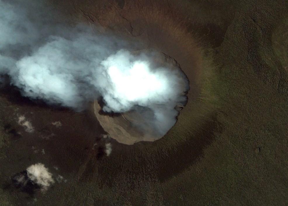 Жизнь возле бесконечной угрозы: огромное озеро с расплавленным камнем в жерле Ньирагонго