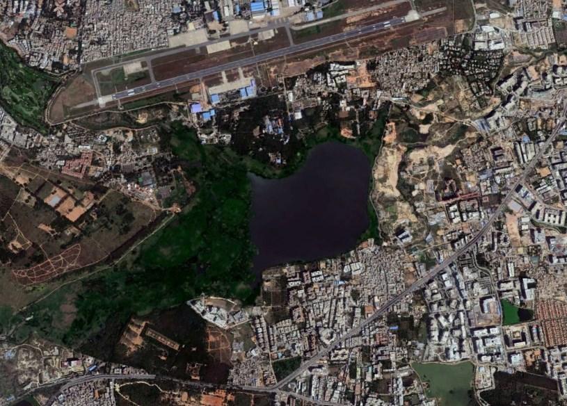 Озеро посреди города, которое выделяет горючую пену и само иногда загорается - Белландур