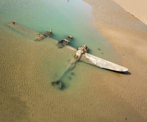 Самолёт, который как бы выныривает из песка — остатки P-38 на берегу Уэльса