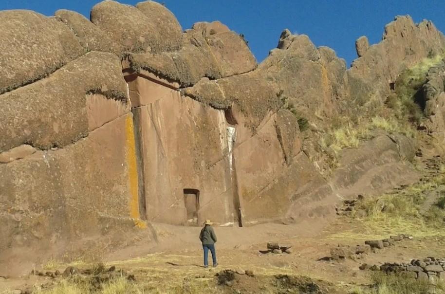 Огромные недоделанные врата в гранитной скале в Перу