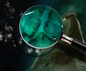 Прямоугольные валуны под водой возле острова Северный Бимини