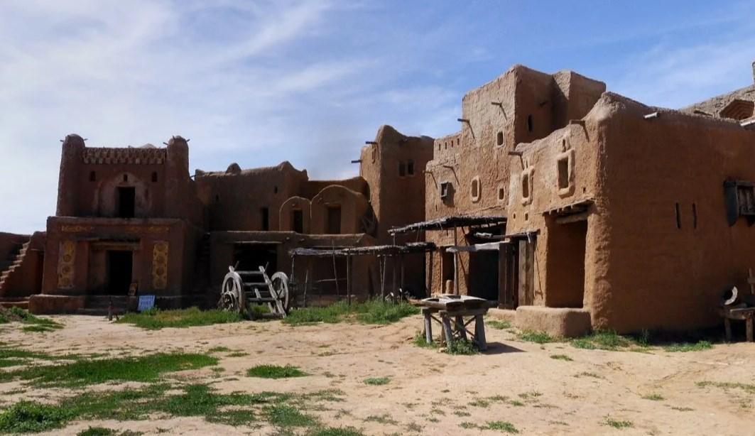 Реконструкция в Астраханской обл. Примерно на 5 км северо-восточнее с. Селитренное. Когда-то тут процветала столица Золотой Орды.