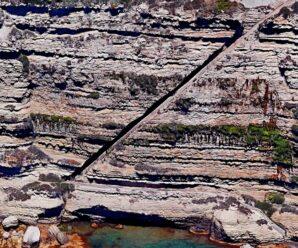 Необычный ровный разрез в скале под углом 45 градусов — Лестница Арагона