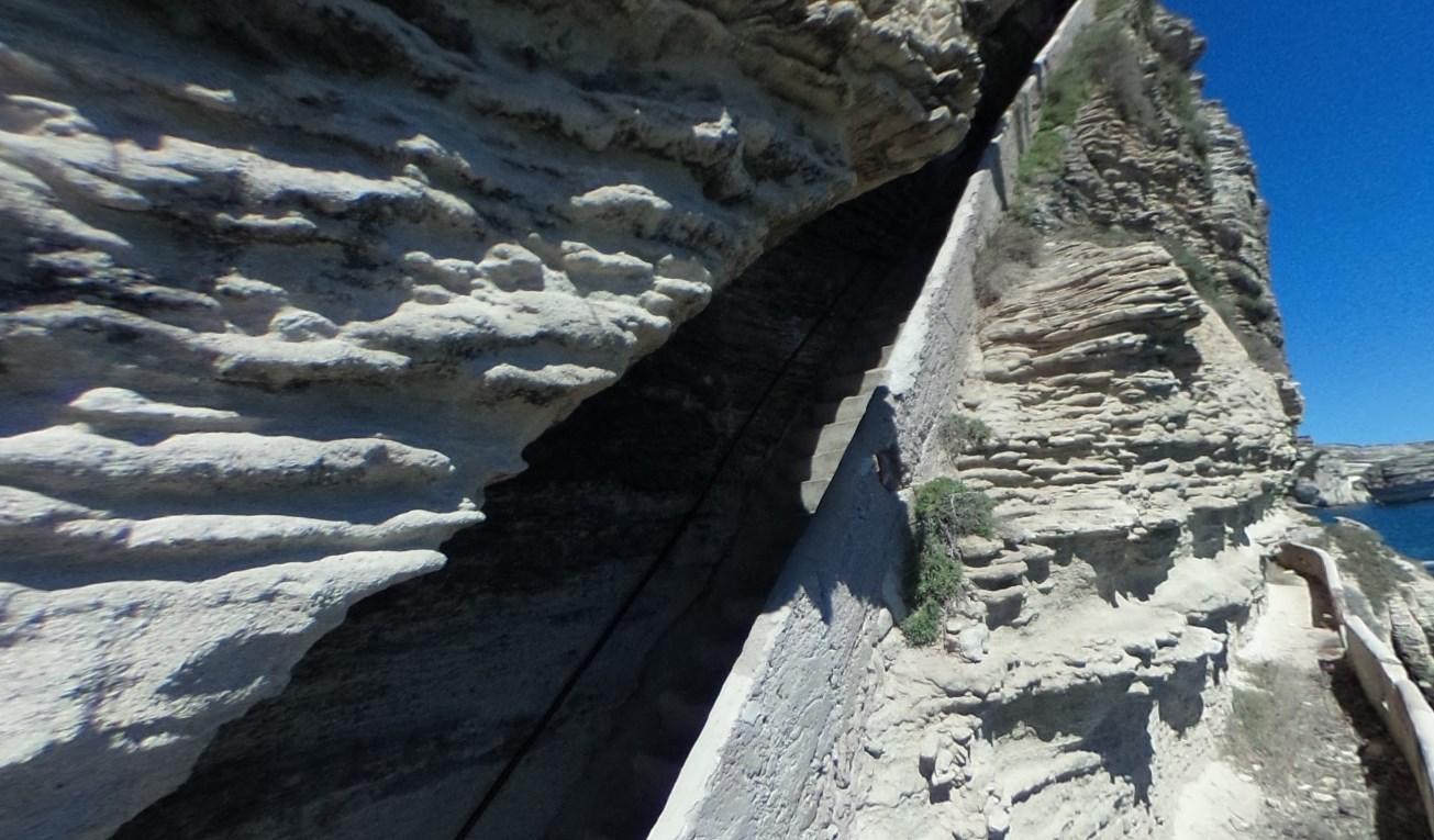 Необычный ровный разрез в скале под углом 45 градусов - Лестница Арагона